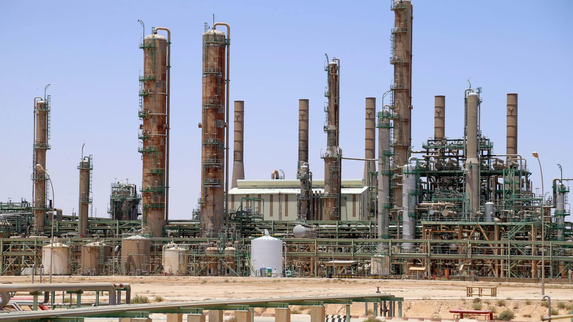 """مؤسسة النفط في ليبيا: تلقينا معلومات باستهداف مقرات إحدى شركاتنا بـ""""سيارات مفخخة"""""""