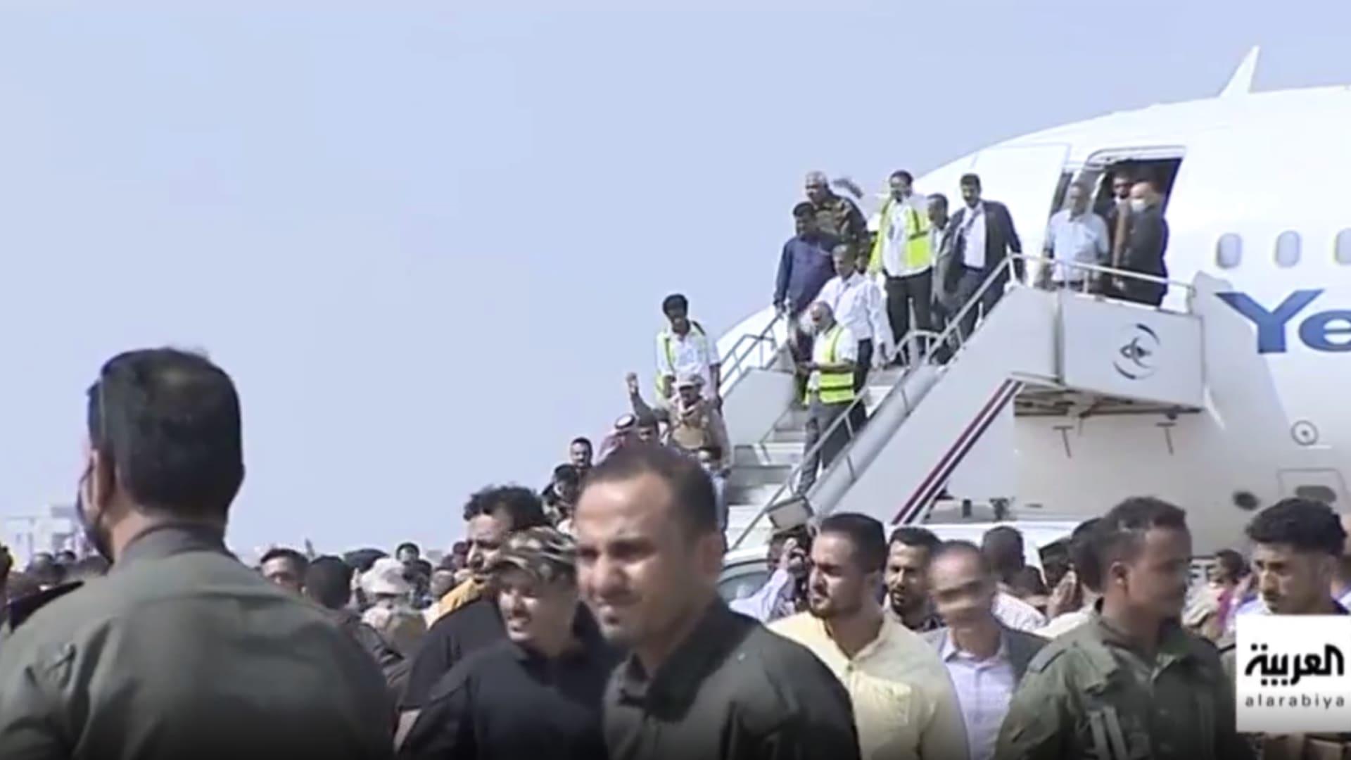 شاهد لحظة وقوع انفجار بمطار عدن مع وصول أعضاء الحكومة اليمنية الجديدة