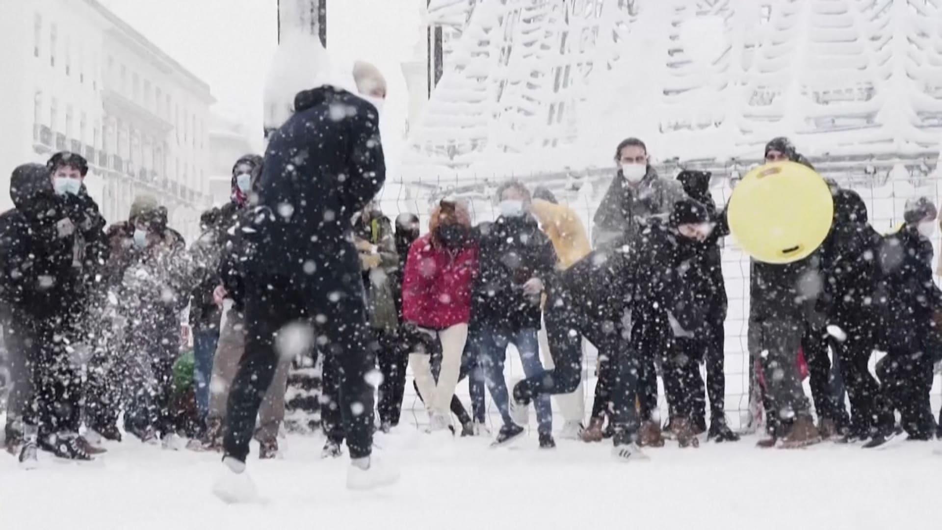 معارك بكرات الثلج.. إسبان يحتفلون بثلوج لا مثيل لها في مدريد منذ 50 عاما
