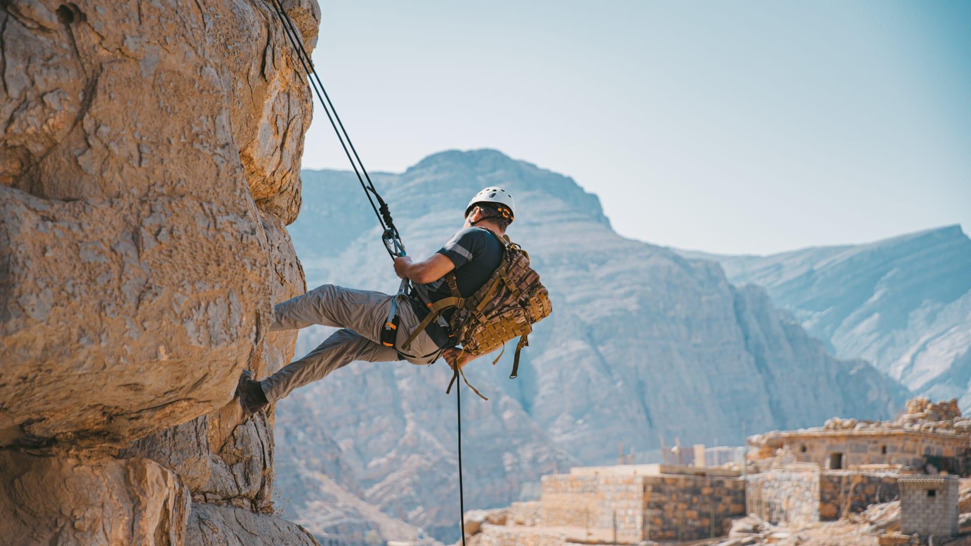 """منها تناول الحشرات.. هذا ما ينتظرك في معسكر """"بير جريلز"""" للمستكشفين بأعلى قمة جبلية في الإمارات"""