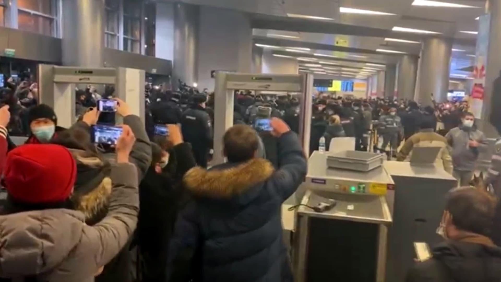 شاهد.. الشرطة الروسية تفرق مُستقبلي نافالني في مطار موسكو