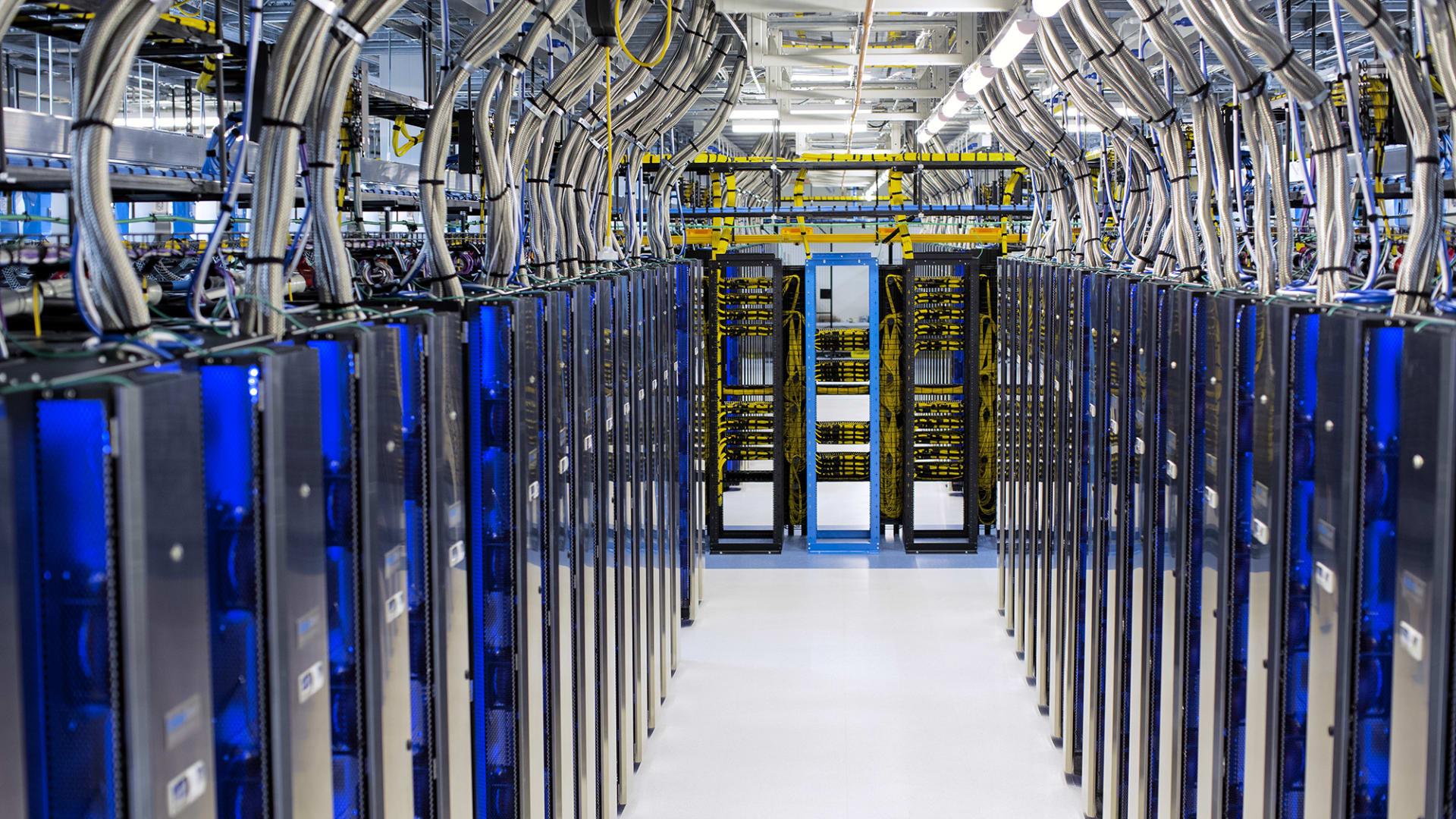 """""""مايكروسوفت"""" تطلق مركزا جديدا للبيانات السحابية بقطر.. كيف سيصبح جزءا لا يتجزأ من التحول الرقمي في البلاد؟"""