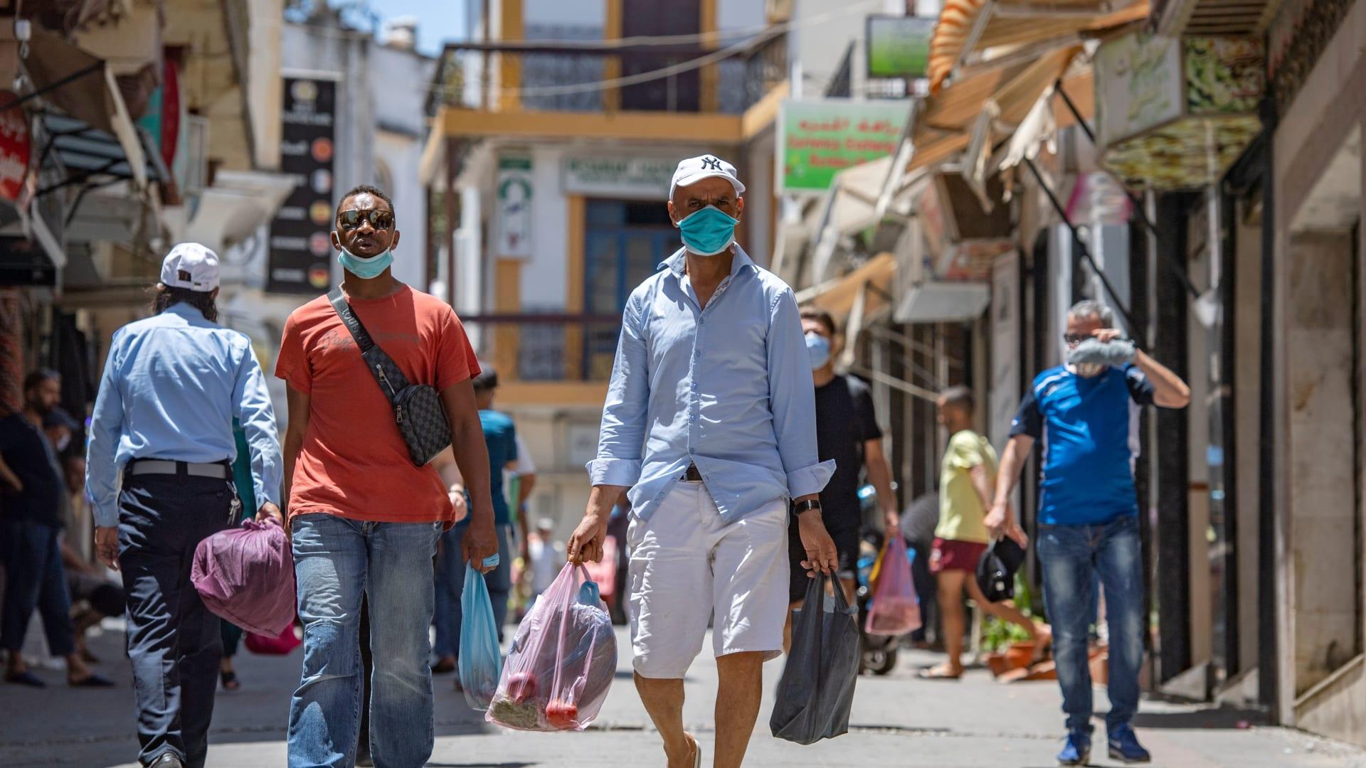 المغرب تحظر المزيد من الرحلات الجوية مع اكتشاف أول حالة لمتغير فيروس كورونا