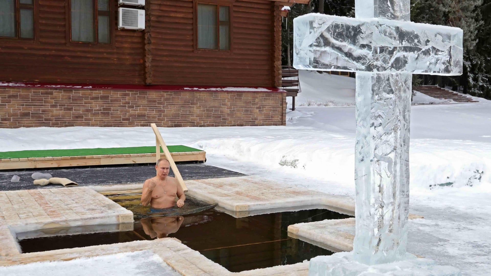 """شاهد.. بوتين يغطس في بحيرة متجمدة احتفالاً بـ""""عيد الغطاس"""""""
