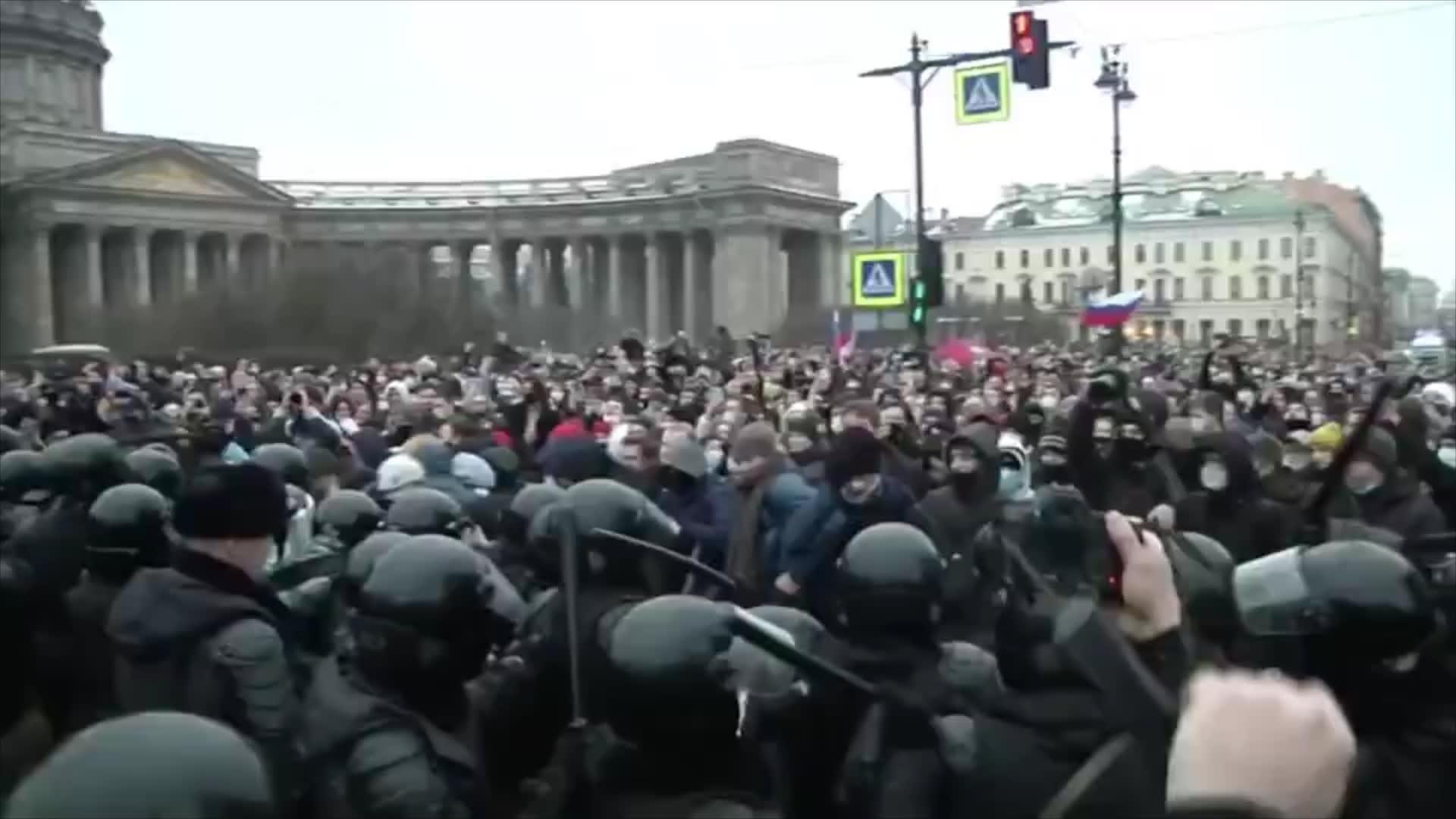 """اعتقال مئات المؤيدين لنافالني في روسيا.. والسلطات تحقق في """"عنف ضد الشرطة"""""""