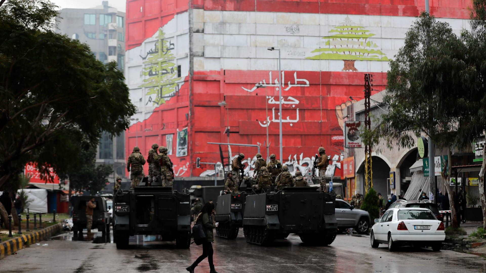 عناصر الجيش اللبناني خلال مواجهات مع متظاهرين مناهضين للحكومة أمام السراي  في مدينة طرابلس