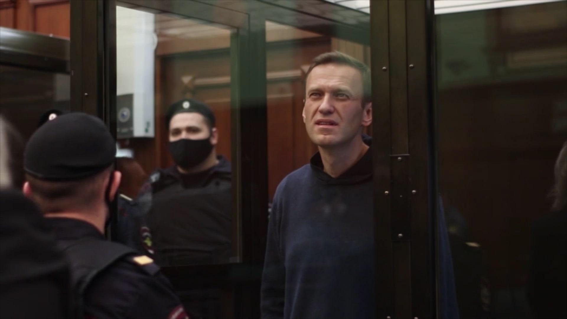 الحكم بسجن نافالني لأكثر من سنتين ونصف.. والغضب يتصاعد في روسيا