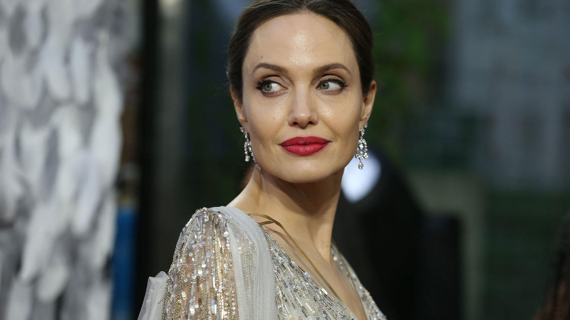 كانت هدية من براد بيت.. أنجلينا جولي تبيع تبيع لوحة رسمها ونستون تشرشل في المغرب بالحرب العالمية الثانية