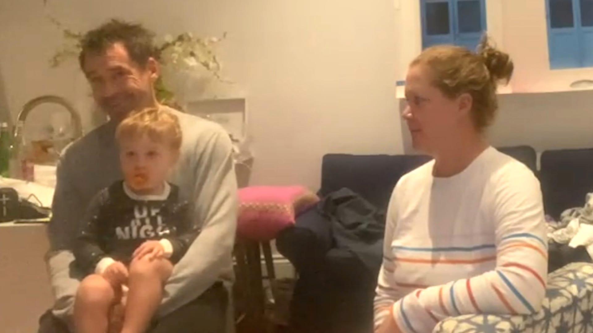 شاهد دهشة رضيع يرى والدته في إعلان تلفزيوني بينما هي بجانبه