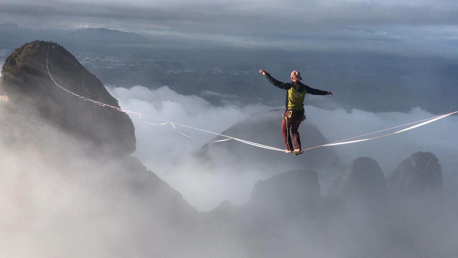 مغامر ينقل رياضة المشي على الحبال إلى مستويات أكثر خطورة