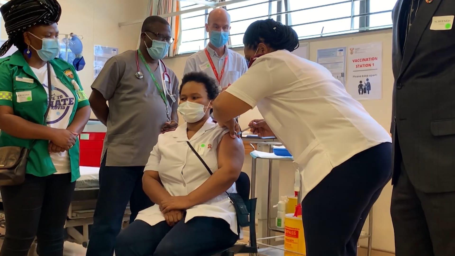 """جنوب أفريقيا تقدم أول جرعة من لقاح """"جونسون آند جونسون"""" لعاملة بالصحة"""