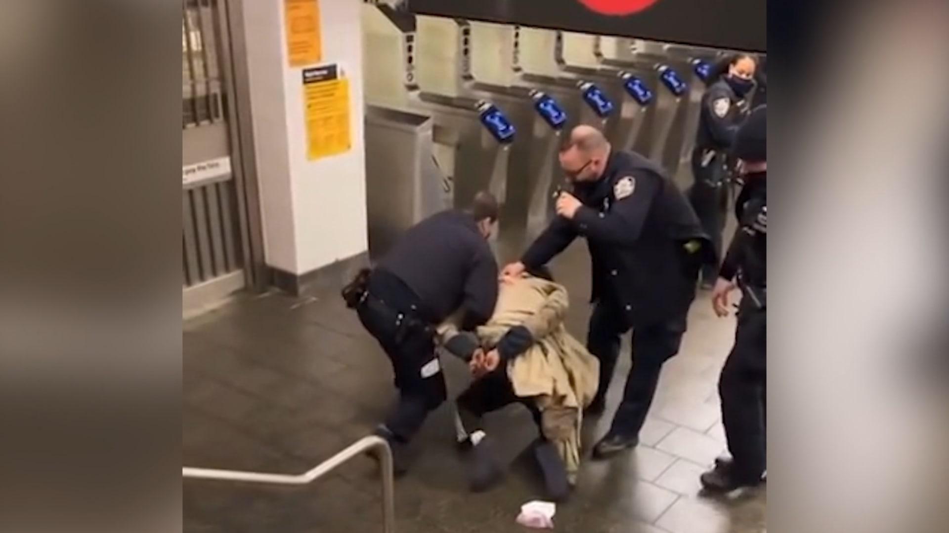 فيديو يُظهر ضابط شرطة نيويورك وهو يوجه لكمات لمشتبه به
