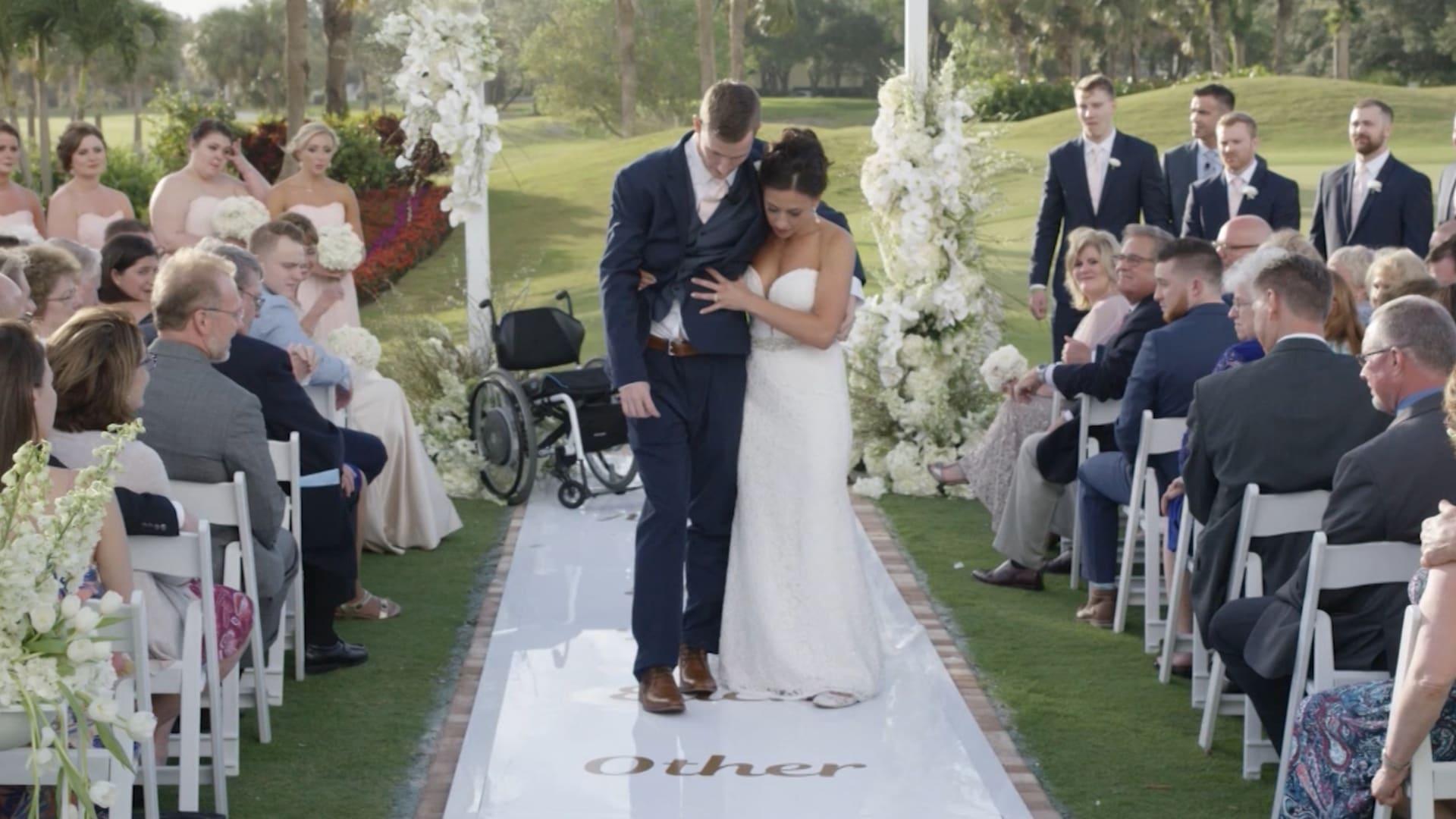 مصاب بشلل رباعي تمكن من السير في حفل زفافه.. استمع إلى قصته