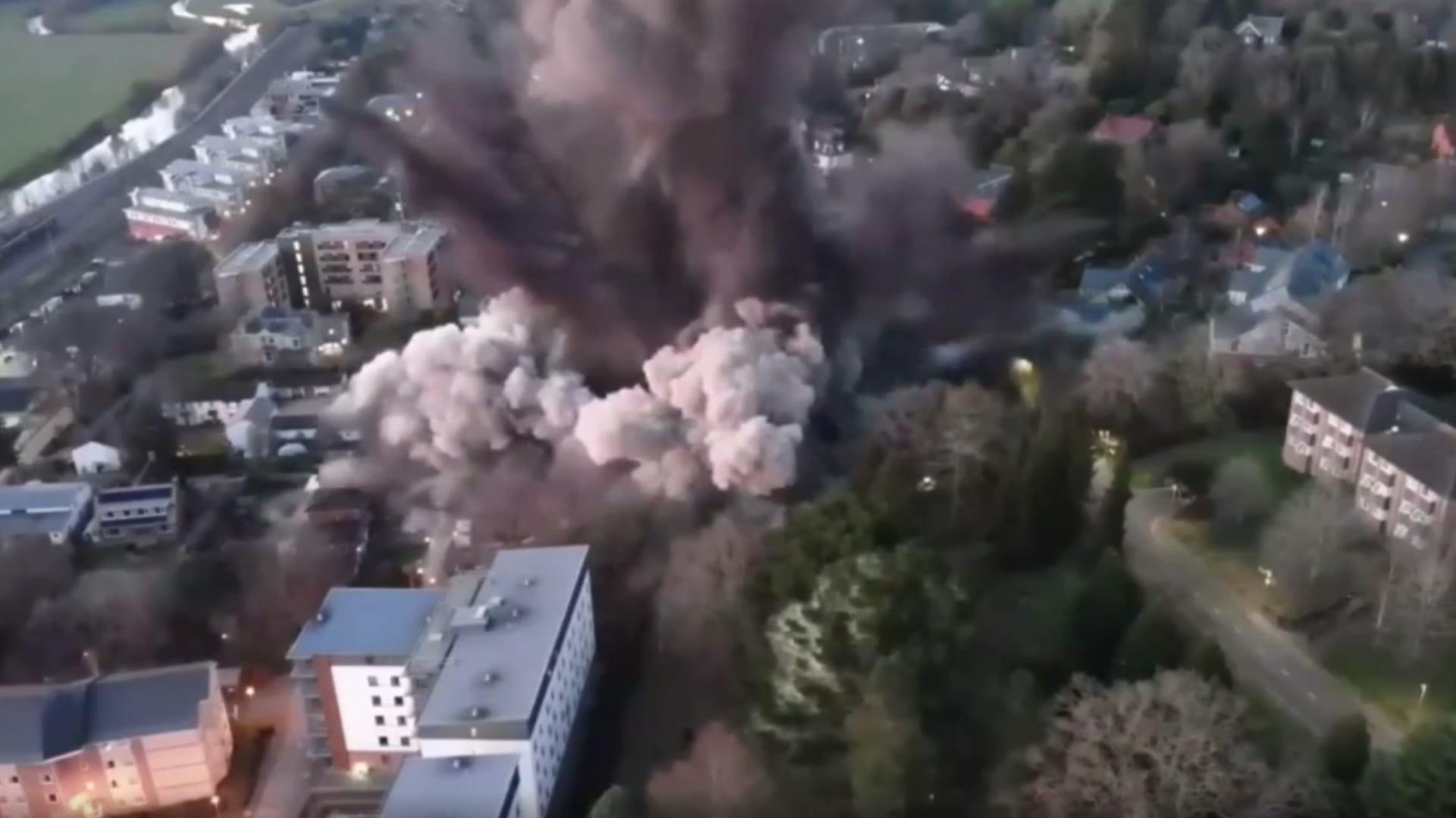 شاهد لحظة انفجار قنبلة ضخمة تعود للحرب العالمية الثانية بوزن طن في إنجلترا