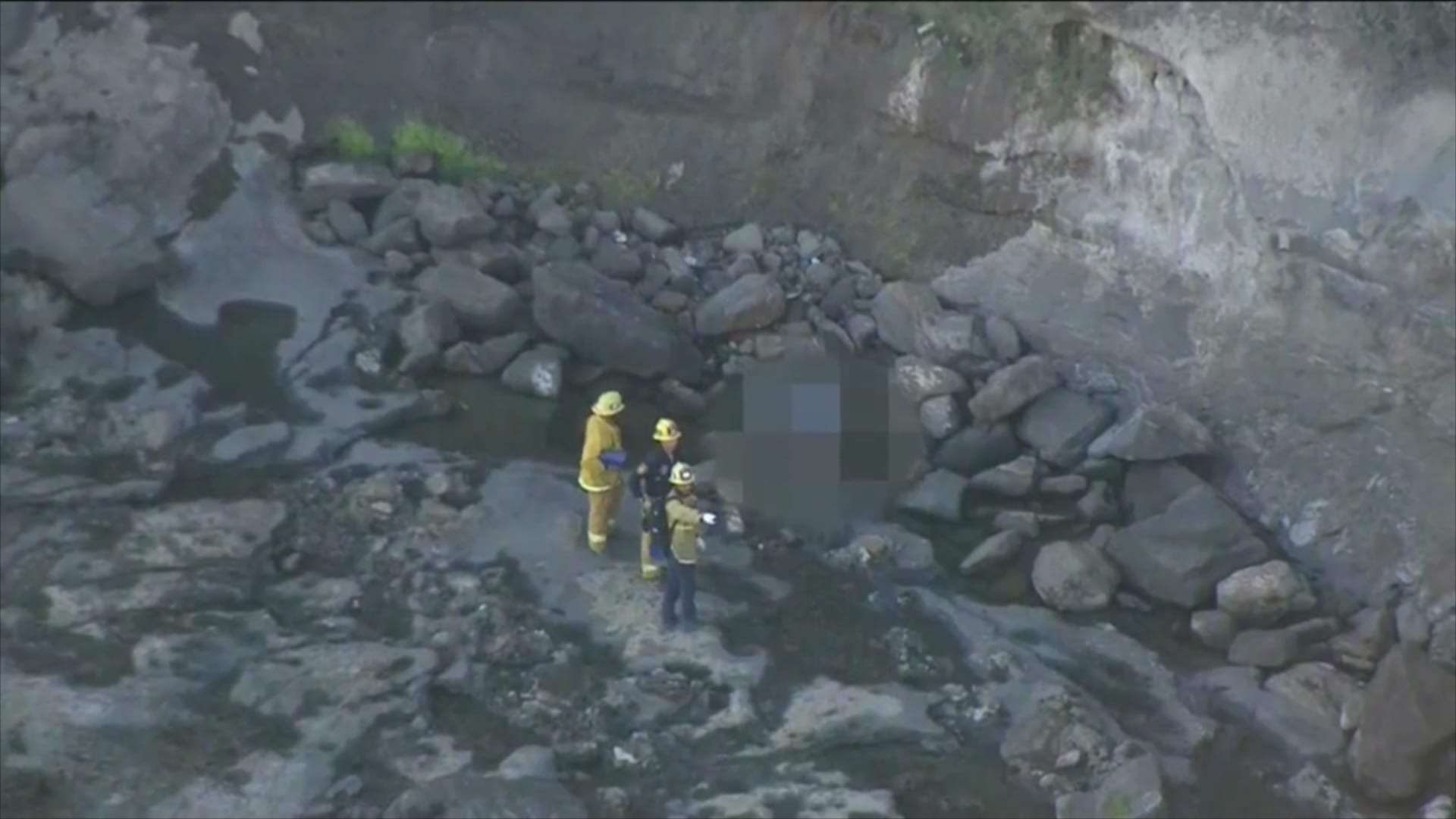 """""""مكان يُعرف للانتحار"""".. تحقيق بعد العثور على جثتين في جرف صخري بلوس أنجلوس"""