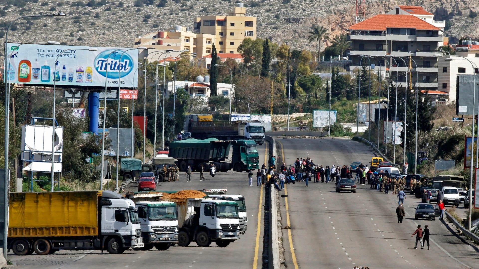 متظاهرون مناهضون للحكومة يغلقون طريقا سريعا في بلدة الجية جنوب العاصمة اللبنانية بيروت