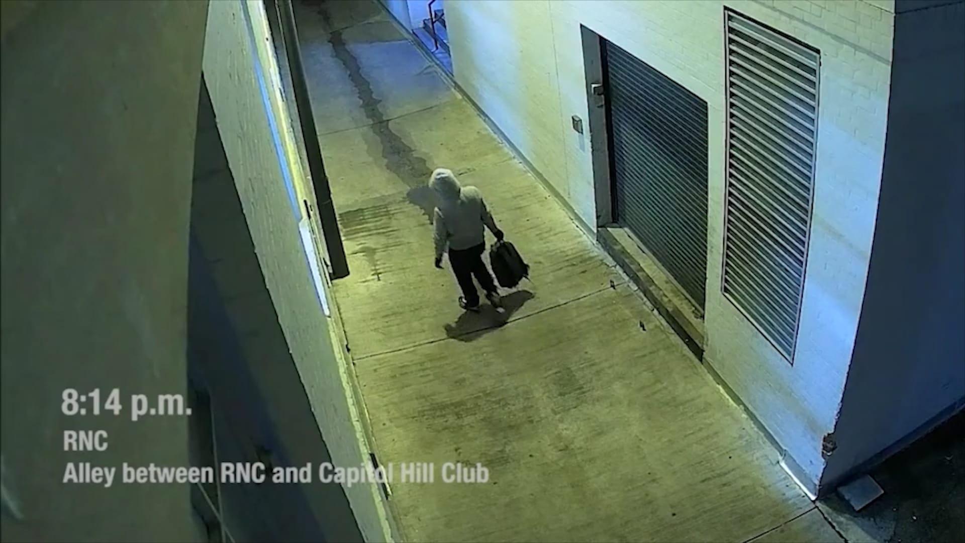 مكتب التحقيقات الفيدرالي ينشر مقاطع فيديو لشخص يضع قنابل أنبوبية قبيل اقتحام الكونغرس