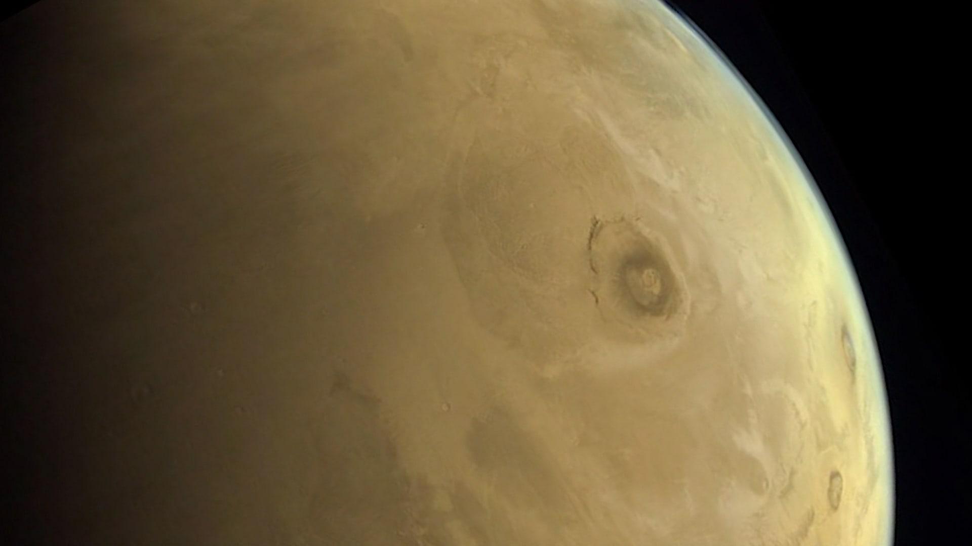 مسبار الأمل الإماراتي يلتقط صورة من المريخ لأطول بركان في النظام الشمسي