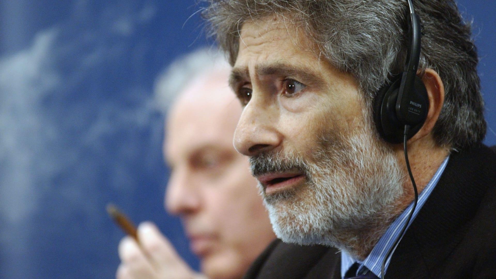 الكاتب والباحث الفلسطيني إدوارد سعيد يتحدث إلى الصحفيين في مؤتمر صحفي