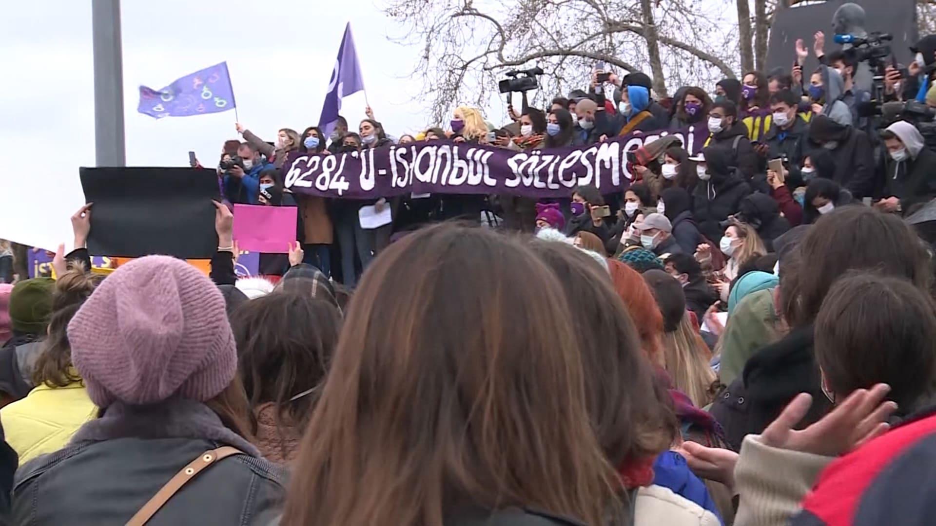 احتجاجات في تركيا بعد انسحاب الحكومة من اتفاقية لحماية المرأة