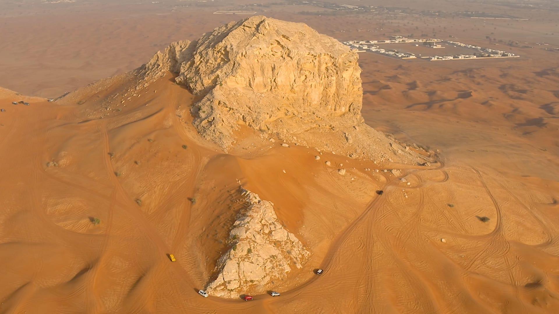 كانت هذه المنطقة بالإمارات قاعاً بحرياً منذ ملايين الأعوام.. وهذه الصخرة دليل على ذلك