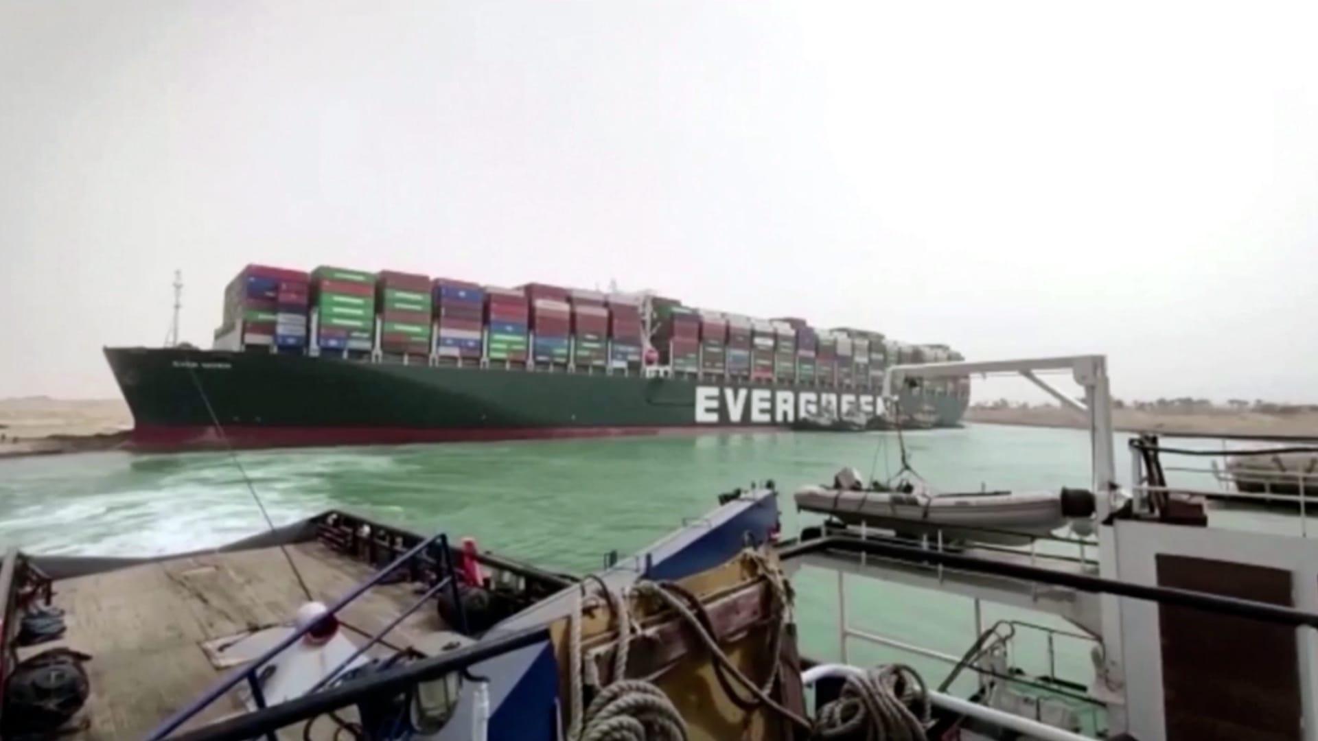 تعليق الملاحة في قناة السويس رسمياً.. واصطفاف 160 سفينة في ازدحام مروري