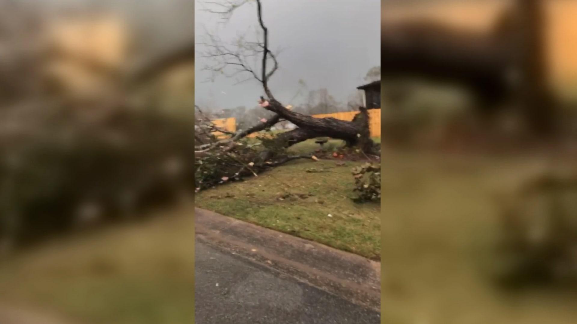 """فيديو مثير يلتقط لحظات الرعب من داخل إعصار """"بيلهام"""" في آلاباما"""