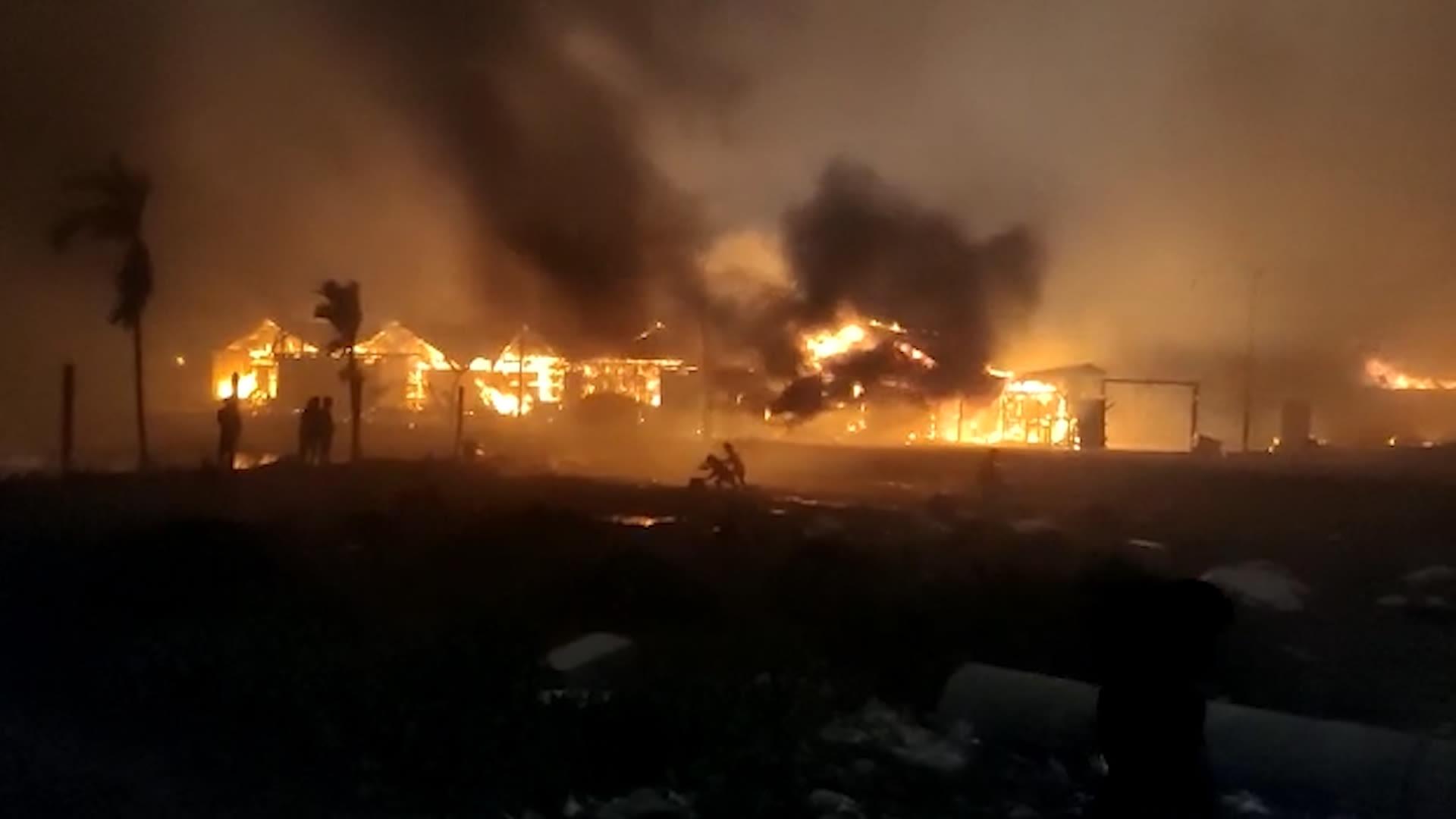 هكذا عانى اللاجئون من الحريق الذي اندلع في مخيم الروهينغا