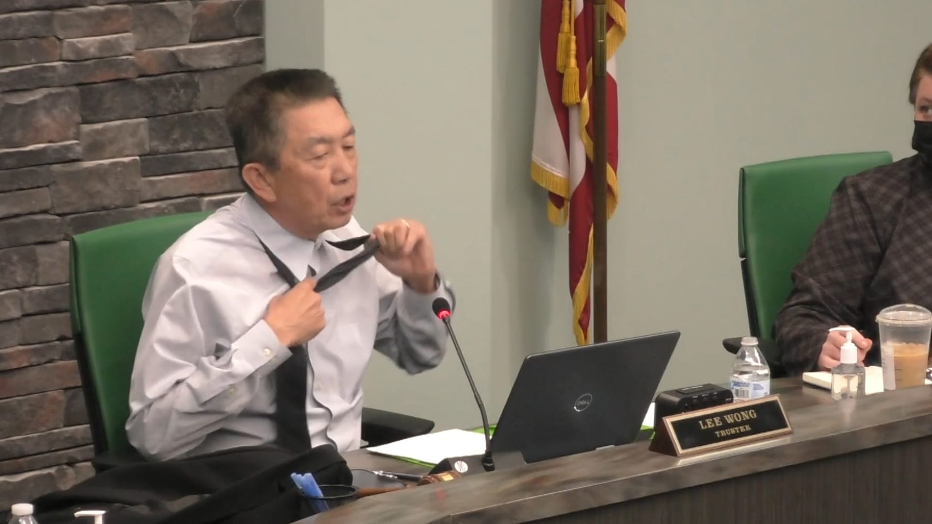 عسكري أمريكي من أصل آسيوي يخلع قميصه لإظهار ندوب: هل هذه وطنية كافية؟