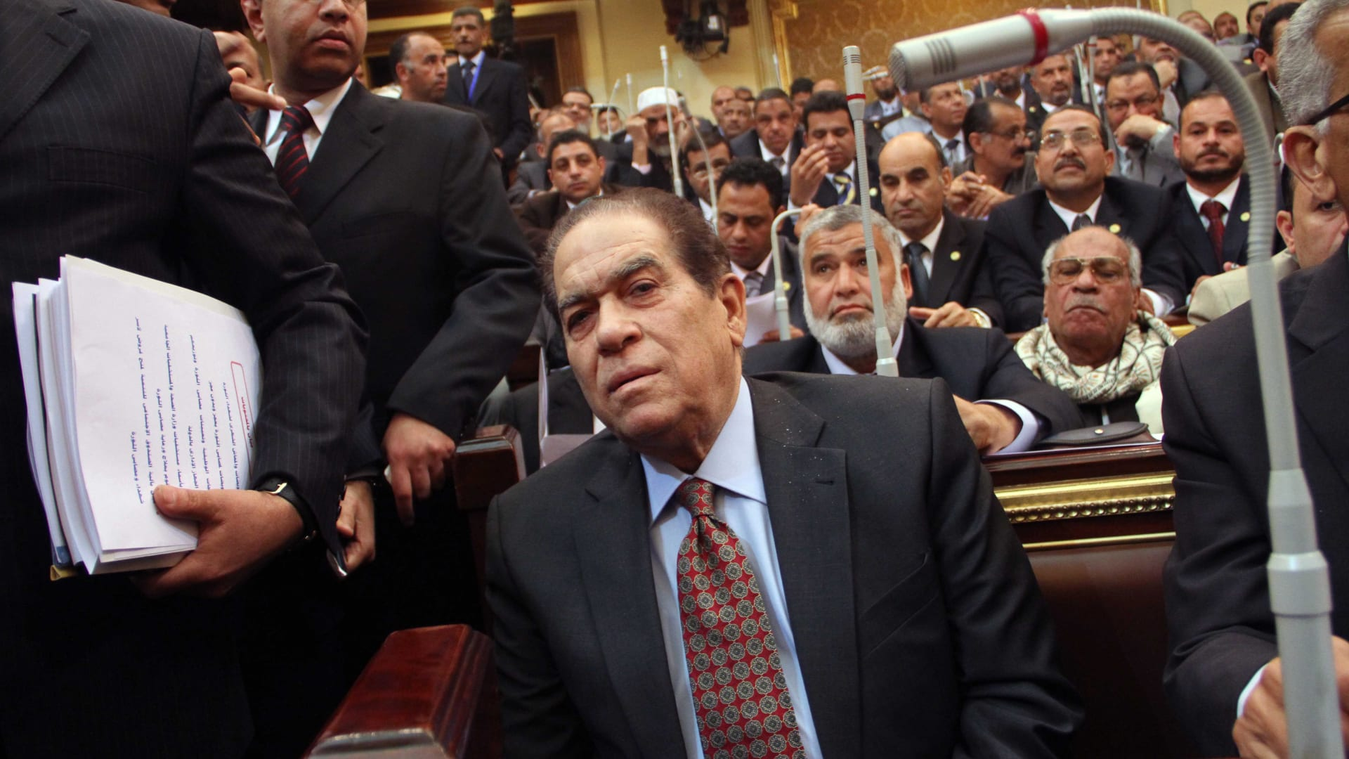 صورة أرشيفية للجنزوري بالبرلمان المصري العام 2012