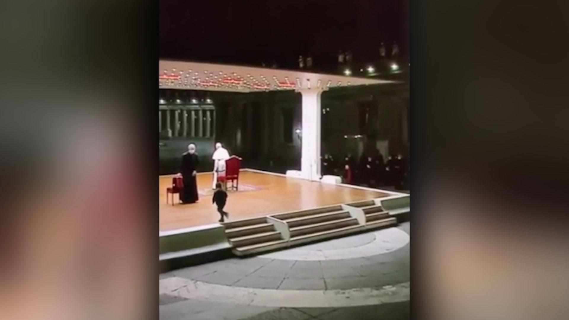 """شاهد رد فعل البابا عندما تفاجأ بطفل يركض نحوه أثناء احتفاله بـ """"الجمعة العظيمة"""""""