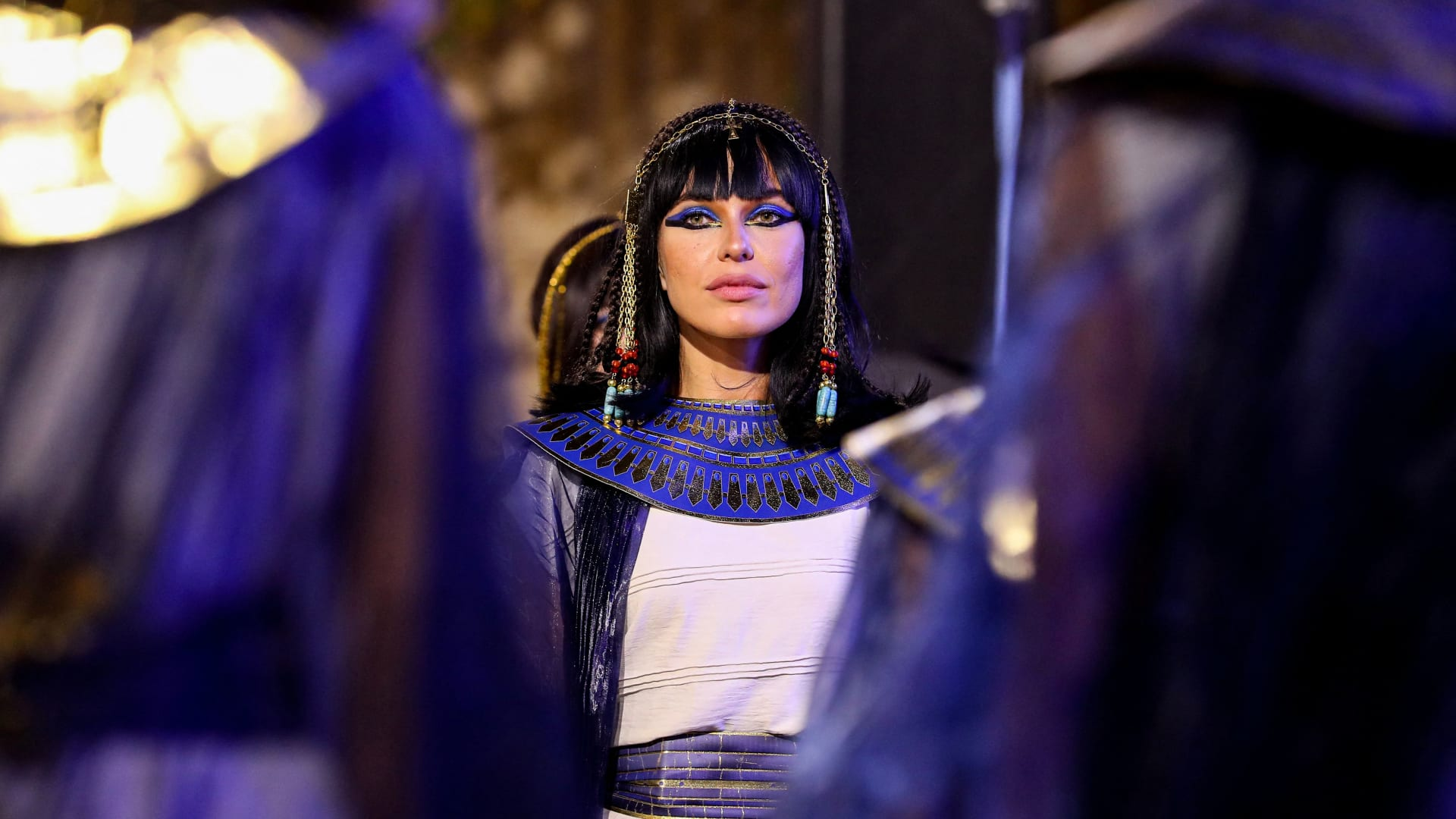 """لفتت الأنظار في """"موكب المومياوات"""".. عارضة أزياء مصرية تعلق على مشاركتها في الحدث"""