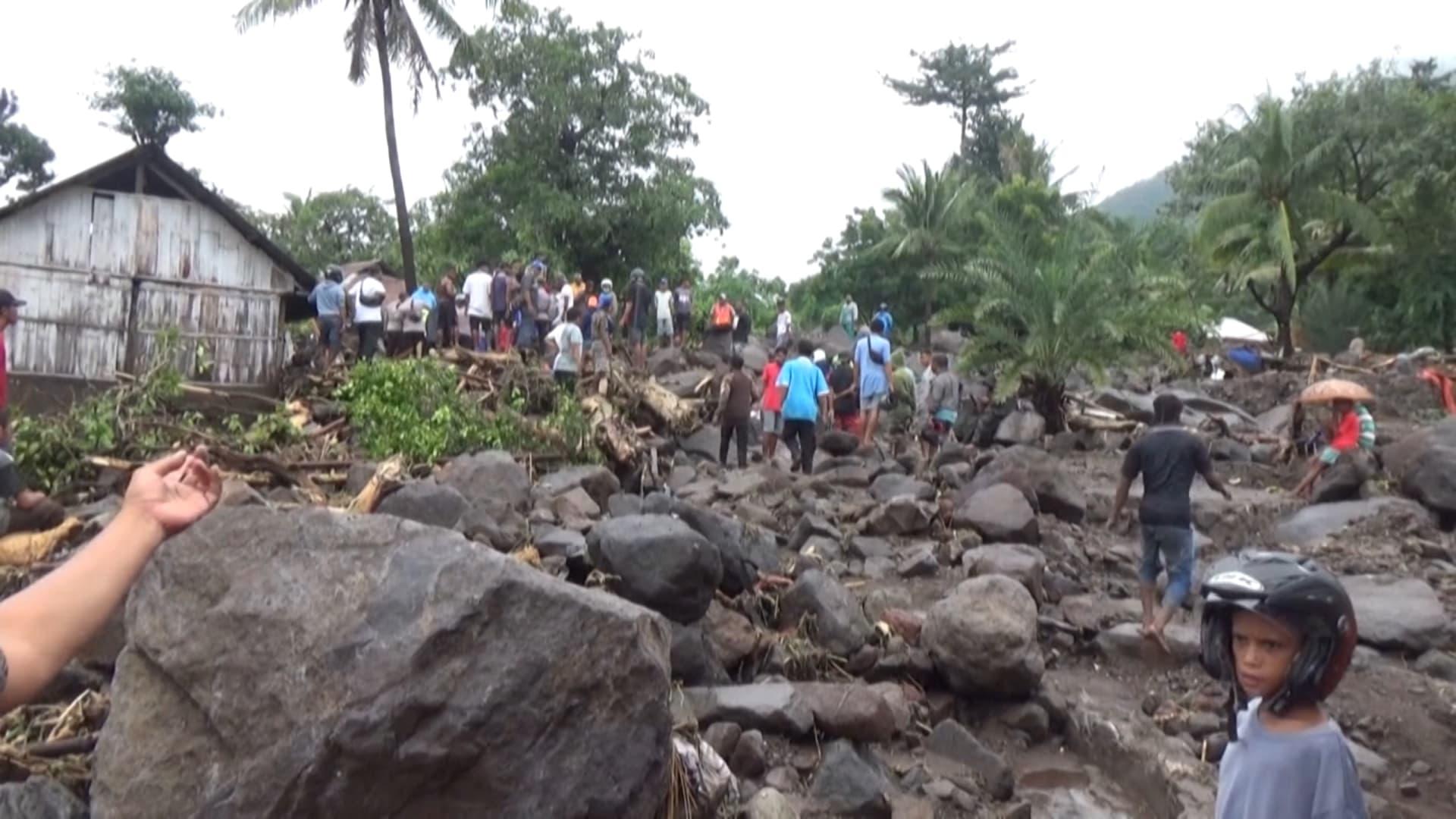 عشرات القتلى والمفقودين في فيضانات وانهيارات مفاجئة في إندونيسيا