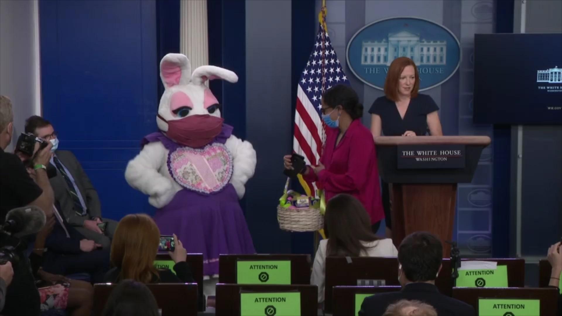 بكمامة.. أرنب الفصح يفاجئ الصحفيين في البيت الأبيض