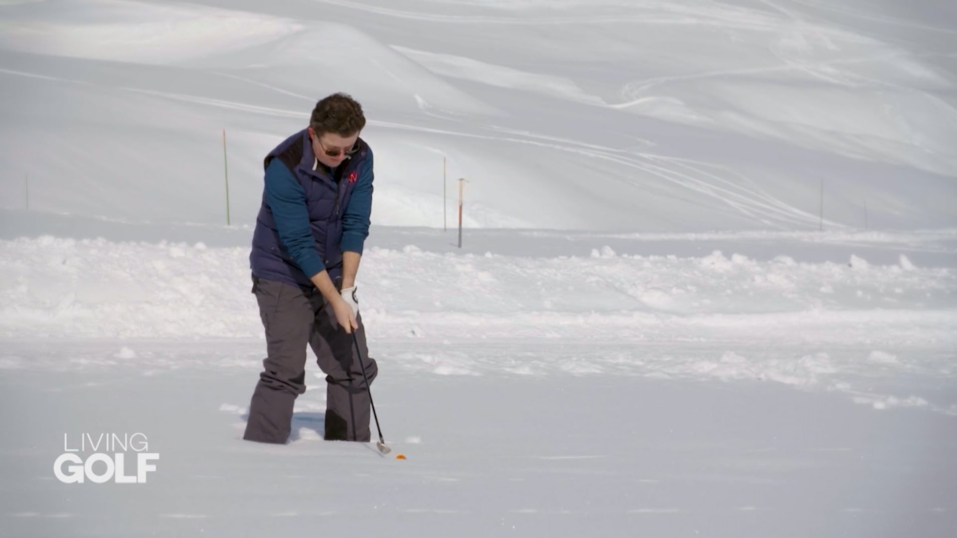 بدلا من العشب.. هكذا تلعب الغولف فوق الثلج في جبال الألب الفرنسية