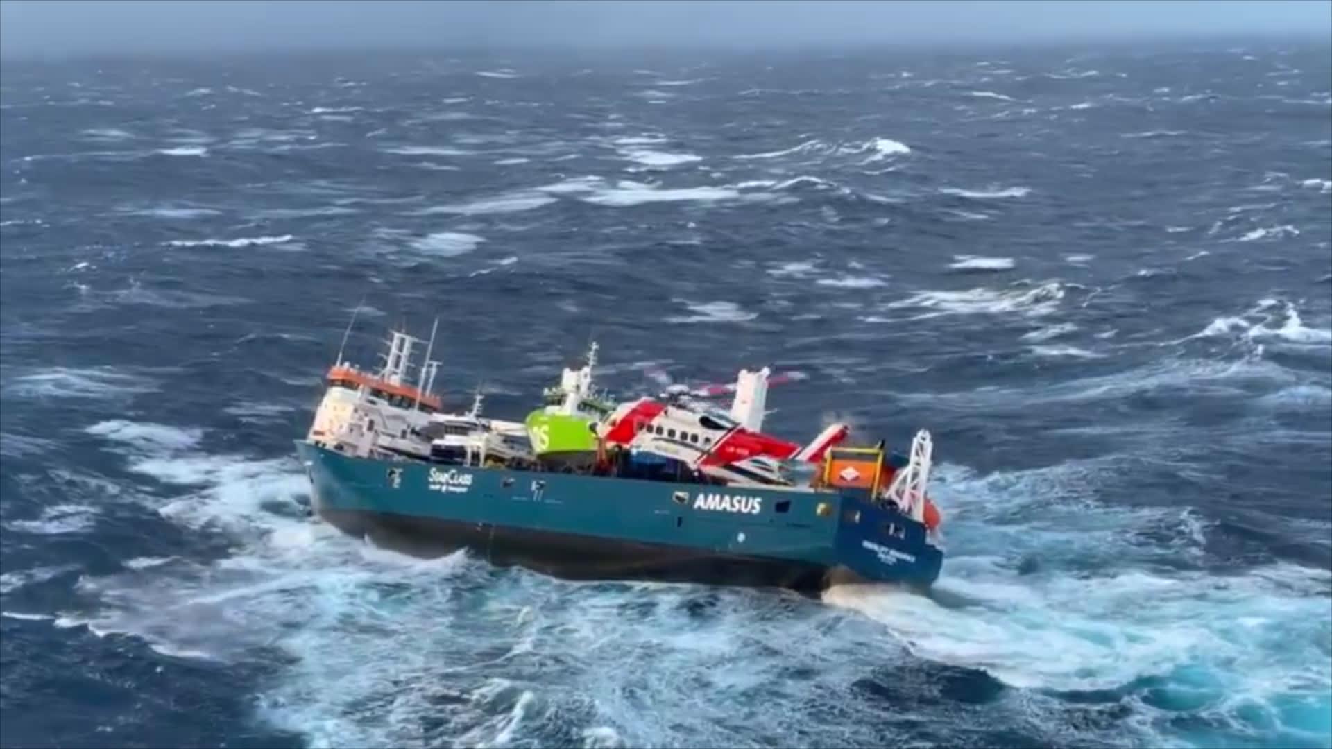 لقطات مثيرة تُظهر إنقاذ طاقم سفينة شحن هولندية بعد أن فقدت قوتها أثناء العاصفة