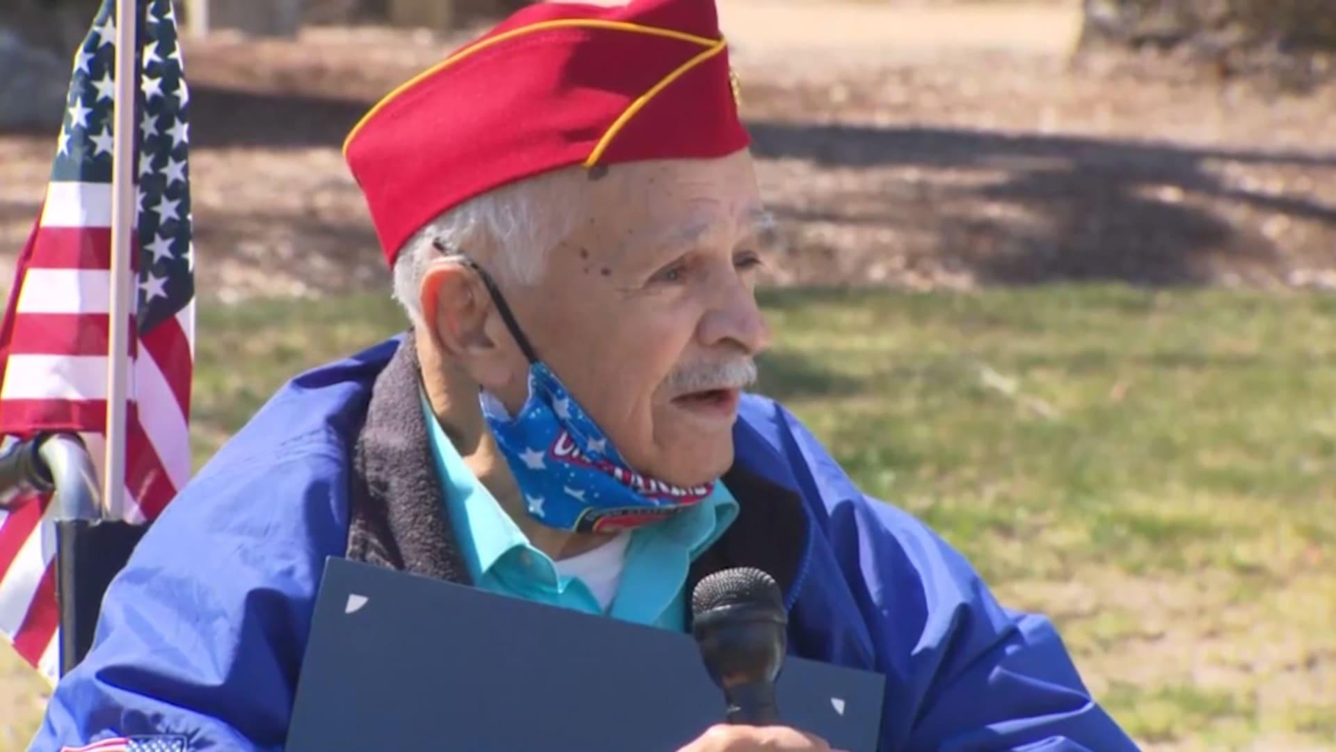 رجل عمره 95 عاما ينسب نجاته من فيروس كورونا إلى أغنية لفرانك سيناترا