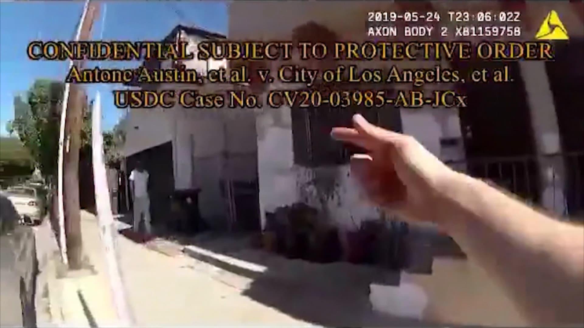 كاميرا بدلة شرطي أمريكي تظهر اعتقال الرجل الخطأ لمجرد أنه أسود.. شاهد ما حدث