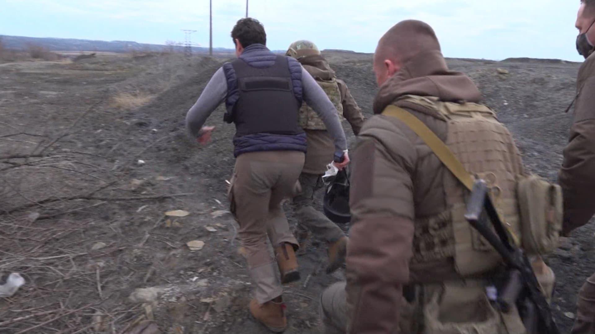 مراسل CNN ورئيس أوكرانيا يركضان قرب حدود روسيا.. ماذا يحدث على الجبهة؟