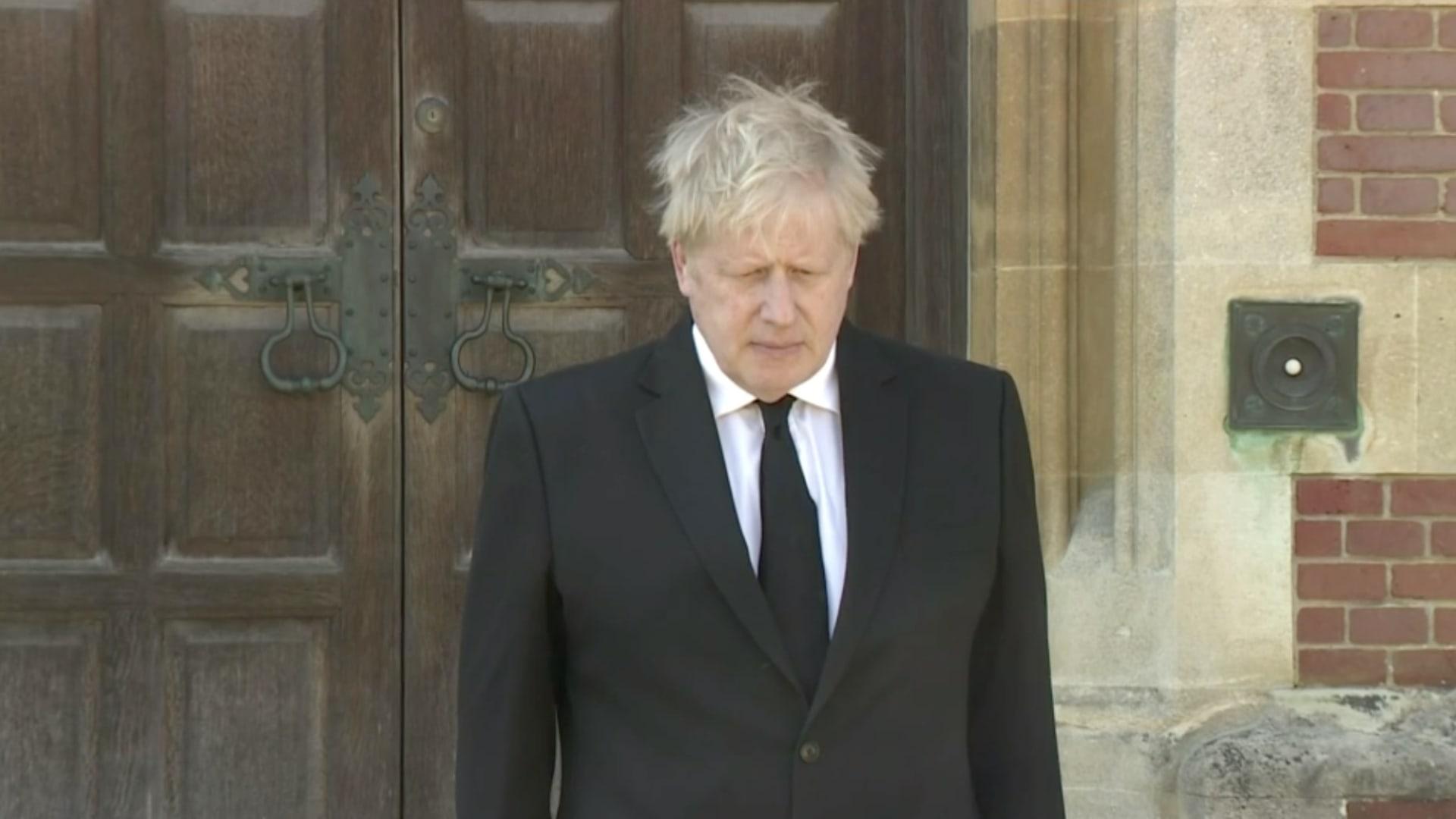 رئيس وزراء بريطانيا بوريس جونسون يقف دقيقة صمت حدادًا على الأمير فيليب