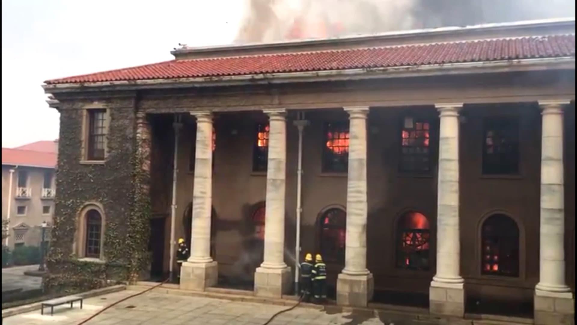 شاهد.. حريق هائل يلتهم جامعة كيب تاون.. وإجلاء الطلاب من الحرم الجامعي