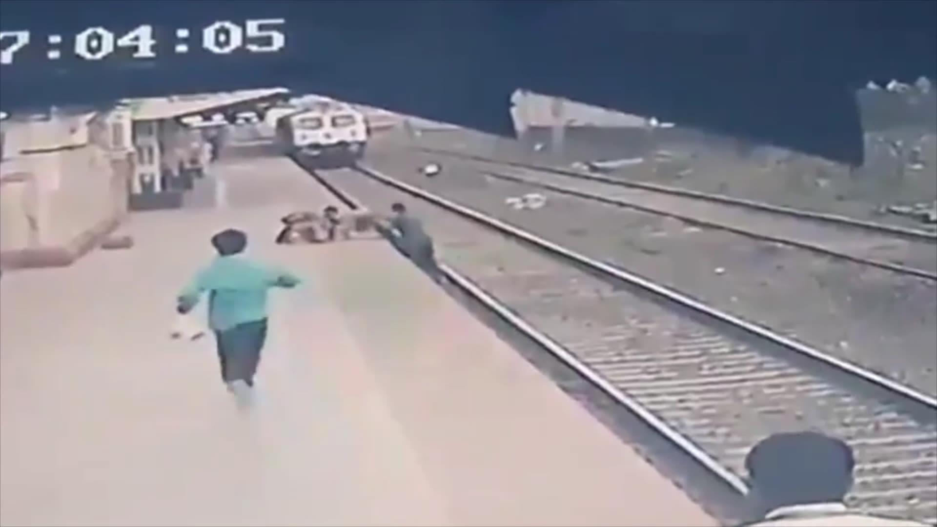 شاهد.. إنقاذ طفل من سكة قطار في اللحظة الأخيرة