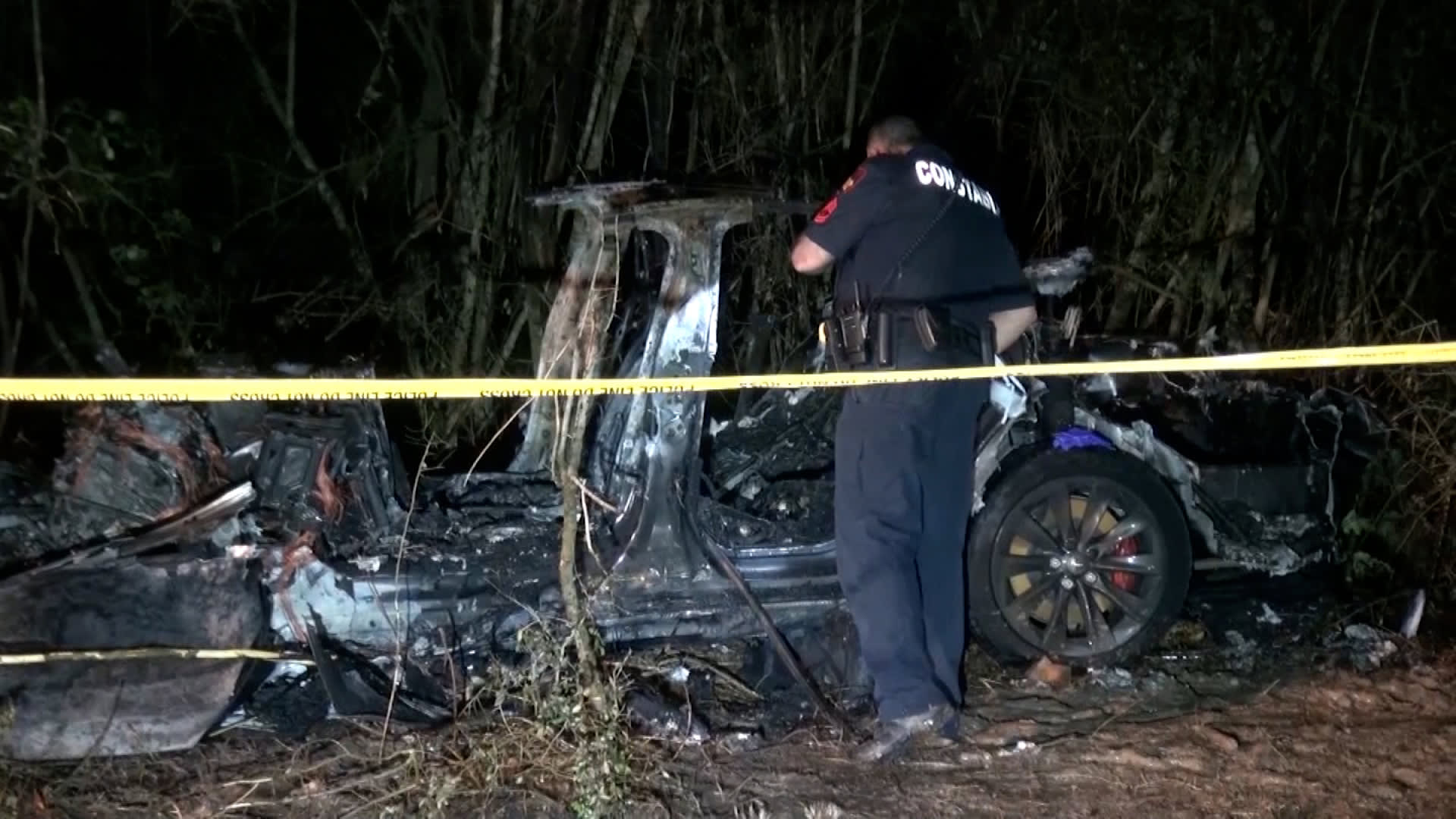 مقتل شخصين في حادث تحطم سيارة تسلا.. والشرطة: لم يكن هناك أحد في مقعد السائق