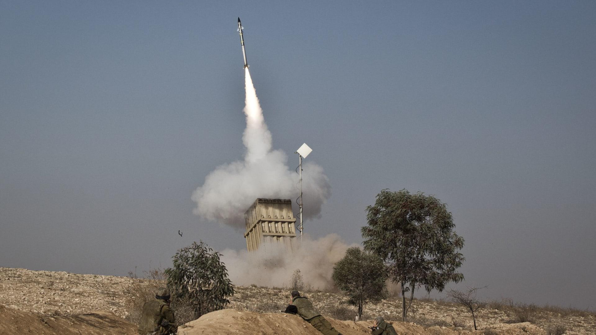 صورة أرشيفية تعبيرية لعملية إطلاق صاروخ ضمن منظومة القبة الحديدية الإسرائيلية