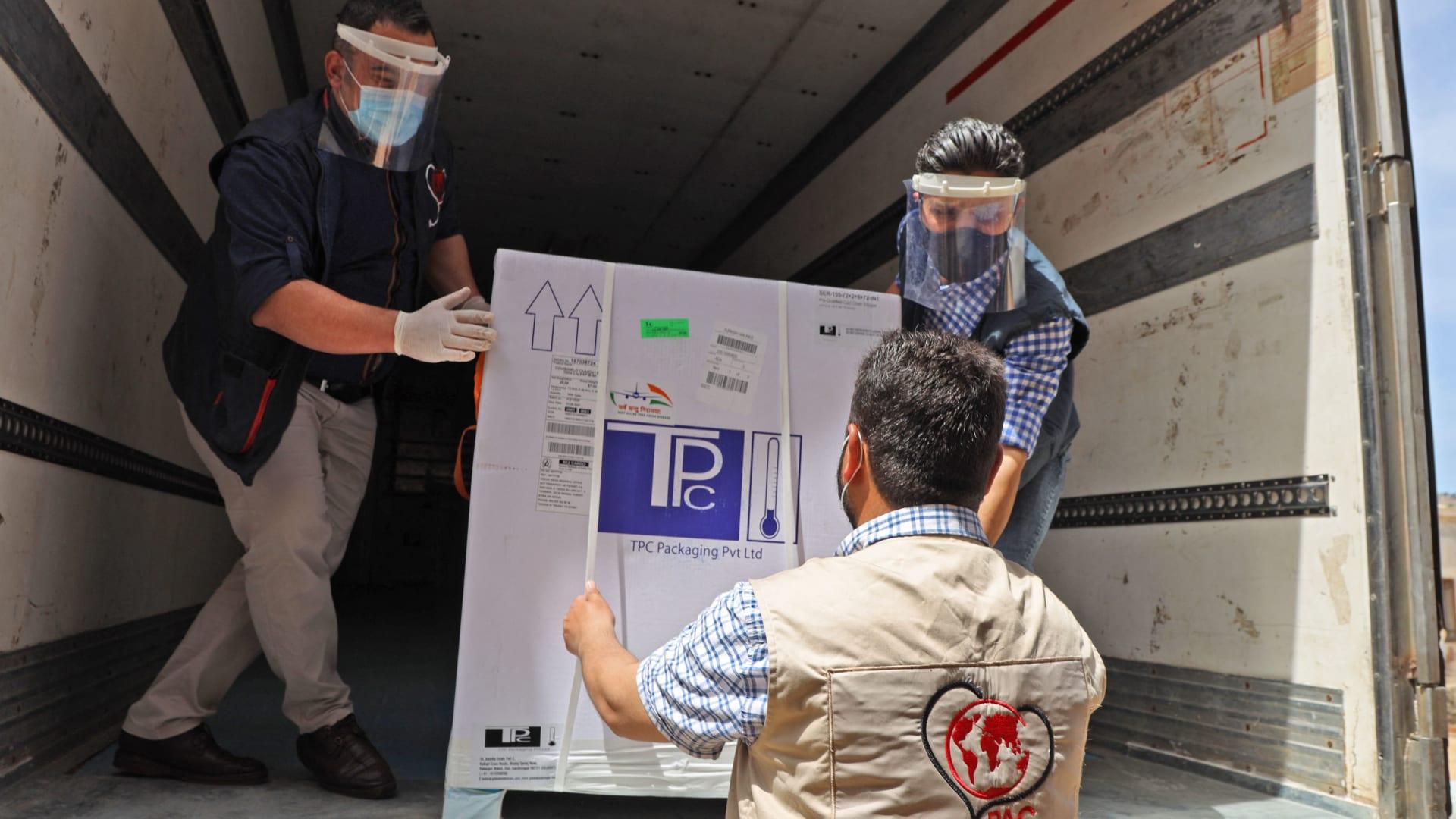"""سوريا تتلقى أول شحنة من لقاحات """"كوفيد-19"""" من """"كوفاكس"""""""