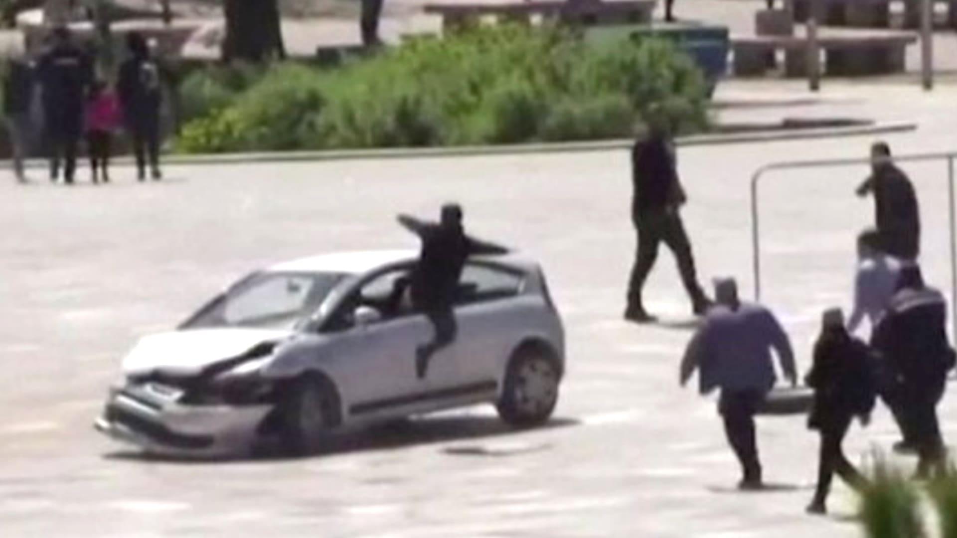شاب يقفز داخل سيارة متحركة لمنع سائقها من دهس المارة