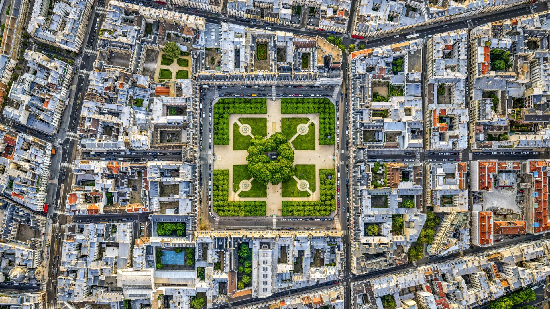 زاوية نادرة.. طلب هذا المصور إذناً من مدينة باريس لالتقاط هذه الصور وهو متدلي من طائرة هليكوبتر