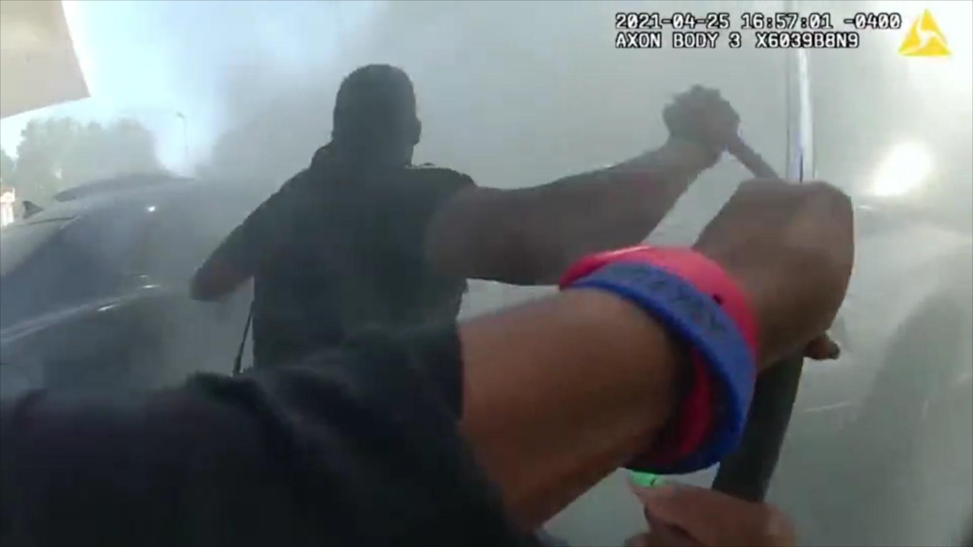 فيديو يظهر إنقاذ الشرطة لرجل أصيب بنوبة صرع أثناء قيادته سيارة مشتعلة