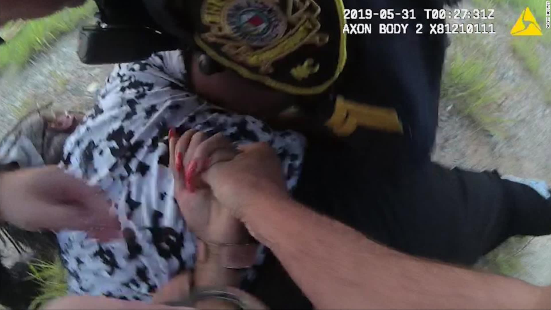 ضباط أمريكيون يسحبون امرأة سوداء من شعرها أثناء توقيف مروري