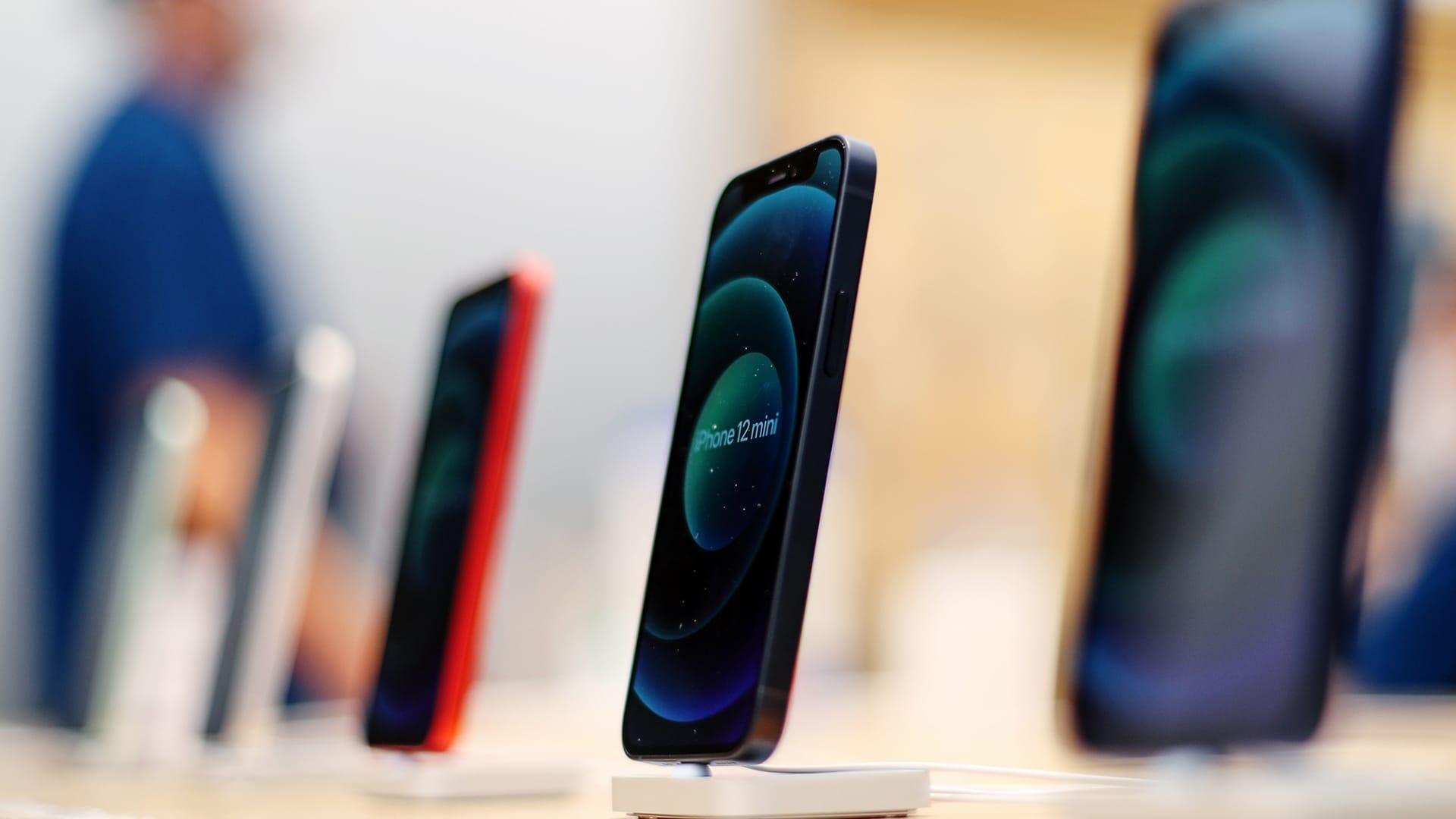 """هاتف آيفون 12 يدفع بإيرادات """"آبل"""" ربع السنوية.. هذا حجمها"""